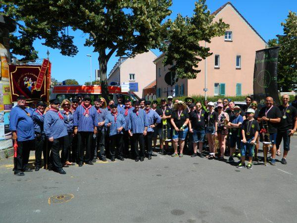 Als Gratulanten geben sich auch die Ehre der Kostheimer Carneval-Verein mir seiner Guggenusik – Formation beim Festumzug des 175 jährigen Kostheimer Männergesangsverein